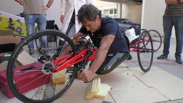 Una handbike con posizione inginocchiata utilizzabile da persone con disabilità da amputazione.