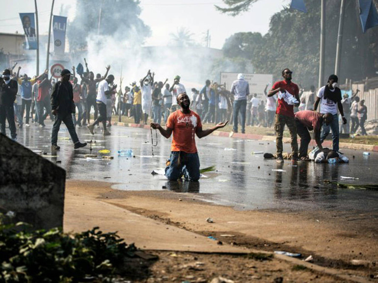 Del Home Il È La Mondo Difesa Archivio Gabon Spaccato A Metà E29WHIYD
