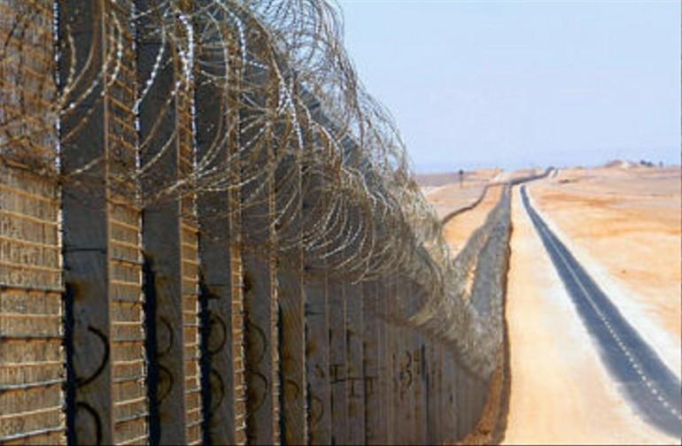 Tutti i muri del mondo cementati dalla paura mondo for Greca adesiva per muro