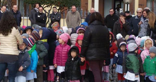 Un giorno in piazza per salvare il futuro delle scuole for Addobbi natalizi per scuole materne